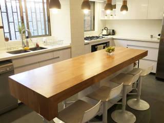 Fabricación Cubierta Madera Mueble Isla : Cocinas de estilo  por Estudio Mínimo Arquitectura y Construcción Ltda.