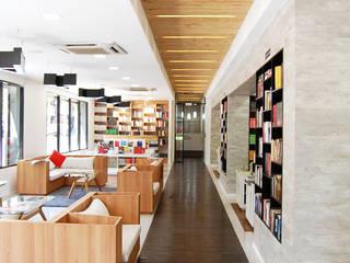 Acceso Librería: Oficinas y Comercios de estilo  por Estudio Mínimo Arquitectura y Construcción Ltda.