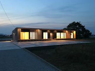 KAWAZOE-ARCHITECTS Modern home Iron/Steel Black