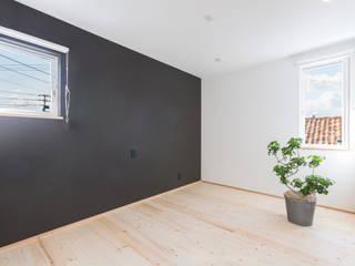 明るいリビングと大きな吹抜けのある家: KAWAZOE-ARCHITECTSが手掛けた寝室です。