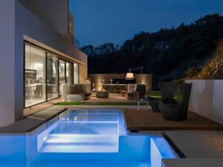 SD HOME: Piscina a sfioro in stile  di Federico  Cappellina Architetto