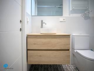 Grupo Inventia Baños de estilo mediterráneo Azulejos Blanco