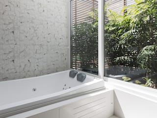 Rabisco Arquitetura Modern bathroom Glass White