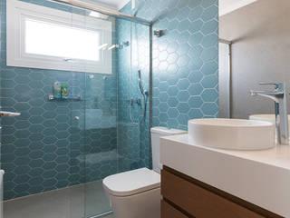 Suíte do Menino Banheiros modernos por Rabisco Arquitetura Moderno