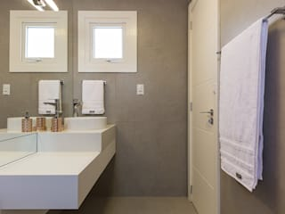 Rabisco Arquitetura Modern bathroom Tiles Grey