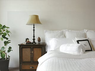 HIROO FLAT 裏手の広大な森を借景とした住まい: JWA,Jun Watanabe & Associatesが手掛けた寝室です。