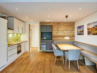 """Moderne Wohnung im """"Alpin Style"""" von Schreinerei Fischbach GmbH & Co. KG Modern"""