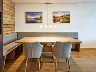 """Moderne Wohnung im """"Alpin Style"""" Moderne Esszimmer von Schreinerei Fischbach GmbH & Co. KG Modern"""