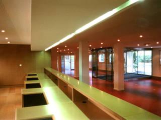 Siège de la CAF: Bureaux de style  par MFC Architecture