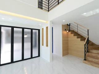 1층복도/계단: 코원하우스의  복도 & 현관