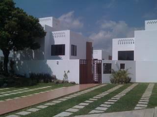 FACHADA PRINCIPAL POR CALLE RIO MORENO: Casas de estilo  por GRUPO TEJAZ