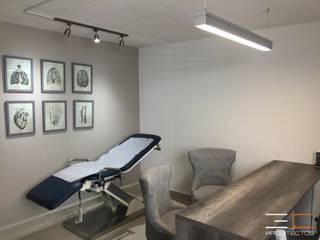 Consoltorio SS [León, Gto.] 3C Arquitectos S.A. de C.V. Clínicas y consultorios médicos de estilo moderno Madera Gris