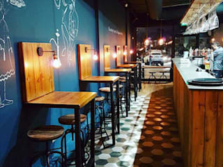 Bar & Klub  oleh IS AND REN STUDIOS LTD , Rustic