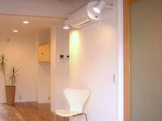 One On One 小さな住宅: アース・アーキテクツ一級建築士事務所が手掛けたリビングです。