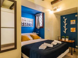 Relooking per locazione turistica IN GIALLO E BLU - Venezia: Camera da letto in stile  di MICHELA AMADIO - Valorizza e Vendi