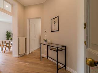 Home Staging con noleggio su immobile ristrutturato ad hoc per investimento: Ingresso & Corridoio in stile  di MICHELA AMADIO - Valorizza e Vendi