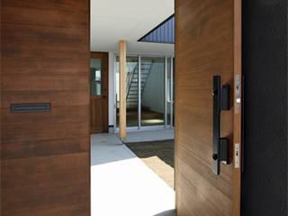 Puertas de estilo  por 福田康紀建築計画, Moderno