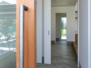 Pasillos y vestíbulos de estilo  por 福田康紀建築計画, Moderno