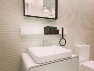 Cuarto de baño en blanco y tonos rosados:  de estilo  de CONSUELO TORRES