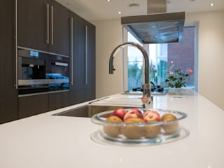 Modern kitchen:   by Keukenstudio Maassluis
