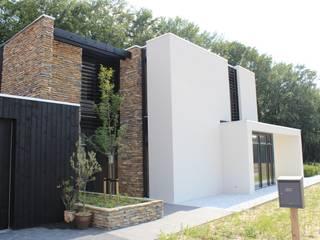 Moderne Villa met Natuurgevelsteen:   door Natuurgevelsteen