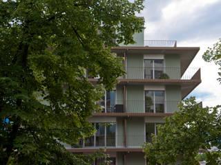 Umlaufende Balkone mitten im Grünen:  Mehrfamilienhaus von Juho Nyberg Architektur GmbH