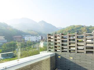 깍지집 | 단독주택 (다가구): 보편적인 건축사사무소의  베란다