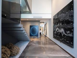 Casas Las Fincas II: Pasillos y recibidores de estilo  por VOA Arquitectos