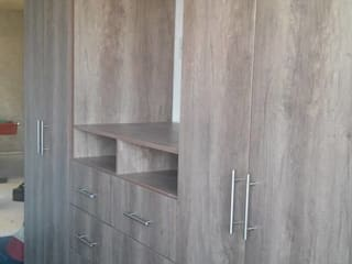 Hogar, camas, closet, cocinas :  de estilo  por Carpinteros En Obra