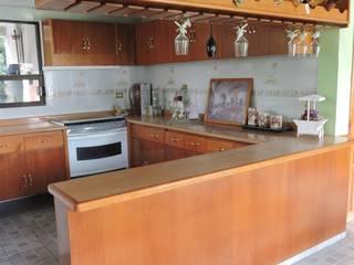 Barra, Cantina y Puertas de cocina en madera.: Cavas de estilo  por La Casa del Diseño
