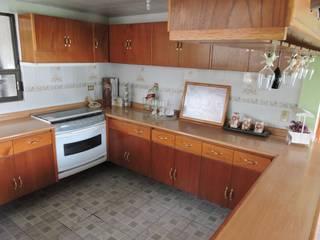Barra, Cantina y Puertas de cocina en madera.: Cocinas de estilo  por La Casa del Diseño