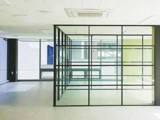 Lojas e Espaços comerciais modernos por 디자인모리 Moderno