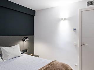 Reformar un apartamento mediano en Barcelona de ETNA STUDIO Moderno