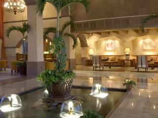 Villa del Palmar Flamingos: Pasillos y recibidores de estilo  por Facere Arquitectura