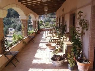 Casa Anne Balcones y terrazas de estilo rural de Mirasur Proyectos S.L. Rural