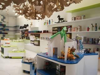 Vista de exhibidores: Habitaciones infantiles de estilo  por Paola Calzada Arquitectos
