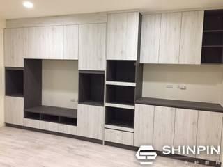 Ruang Keluarga Minimalis Oleh 欣品系統櫃廚具 Minimalis