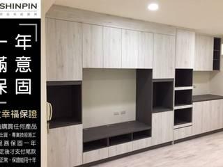 Salones de estilo minimalista de 欣品系統櫃廚具 Minimalista