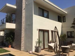 Fachada principal con terraza: Casas unifamiliares de estilo  por Arqsol