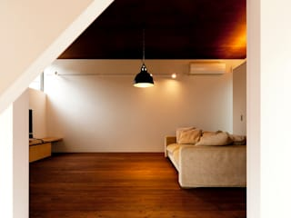 g house: Takeru Shoji Architects.Co.,Ltdが手掛けたリビングです。