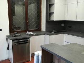 Cucina con penisola attrezzata: Cucina attrezzata in stile  di GrammArt Cucine & Design