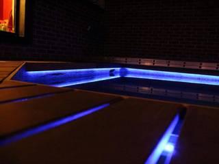 Iluminacion LED: Albercas de jardín de estilo  por SARQ SM