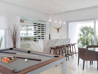 Casa Blanca: Salas multimedia de estilo  por Carlos De La Rosa