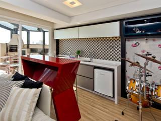 Um duplex para conviver, festejar e relaxar : Armários e bancadas de cozinha  por +2 Arquitetura,