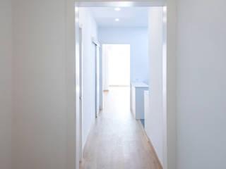 Grupo Inventia Pasillos, vestíbulos y escaleras de estilo mediterráneo Concreto Beige