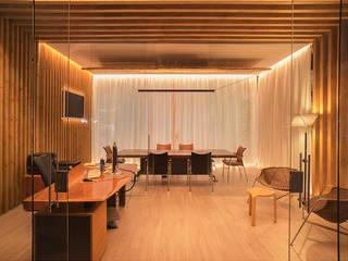 Sala desde Acceso Oficinas y tiendas de estilo moderno de FPM Arquitectura Moderno