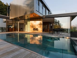 Villa am Rande des Wienerwaldes: moderner Pool von RATAPLAN - Architektur ZT GmbH