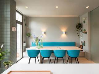 maatwerk keuken met uitzicht op de tuin dmv royale schuifpui Moderne eetkamers van StrandNL architectuur en interieur Modern
