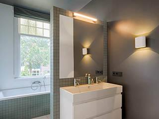 moderne en stijlvolle badkamer: moderne Badkamer door StrandNL architectuur en interieur