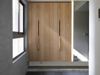 Phòng thay đồ phong cách hiện đại bởi 芮晟設計事務所 Hiện đại